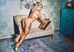 Русская кокетка демонстрирует сиси перед фотокамерой