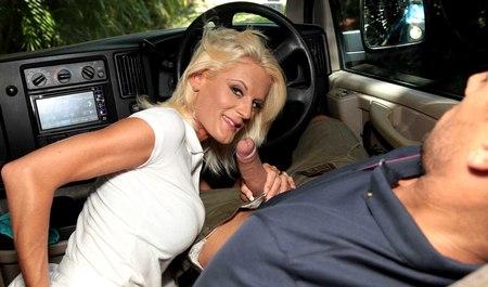 Зрелая блондинка опробовала машину во всех позах