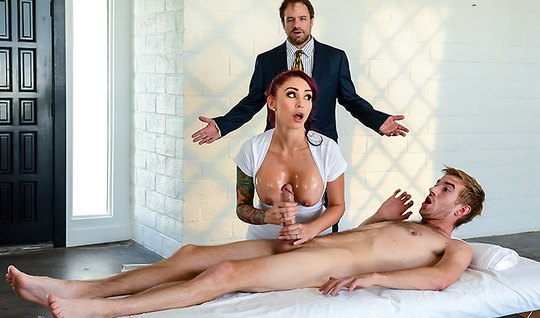 Массажистка ставит рога мужу, развлекаясь с клиентом