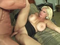Сисястая зрелая блондинка раскрепостила водопроводчика на секс