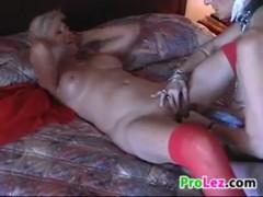 Зрелые лесбиянки лижут влагалища друг дружке на кровати