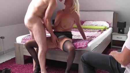 Муж куколд снимает на видео страстный секс жены с любовником и после их жаркого секса муж слизывает сперму любовника с жены